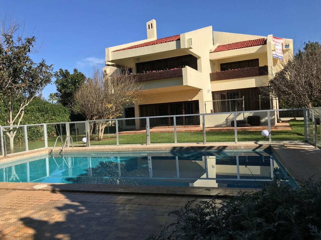 Location d'une villa d'architecte avec piscine à Souissi Rabat proche du lycée Descartes
