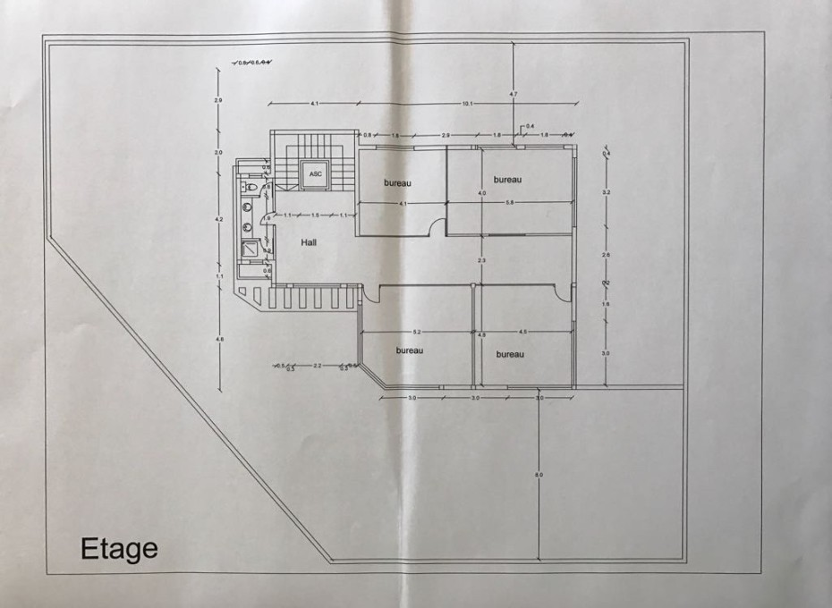 Etage : 4 Bureaux, hall, 1salle d'eau