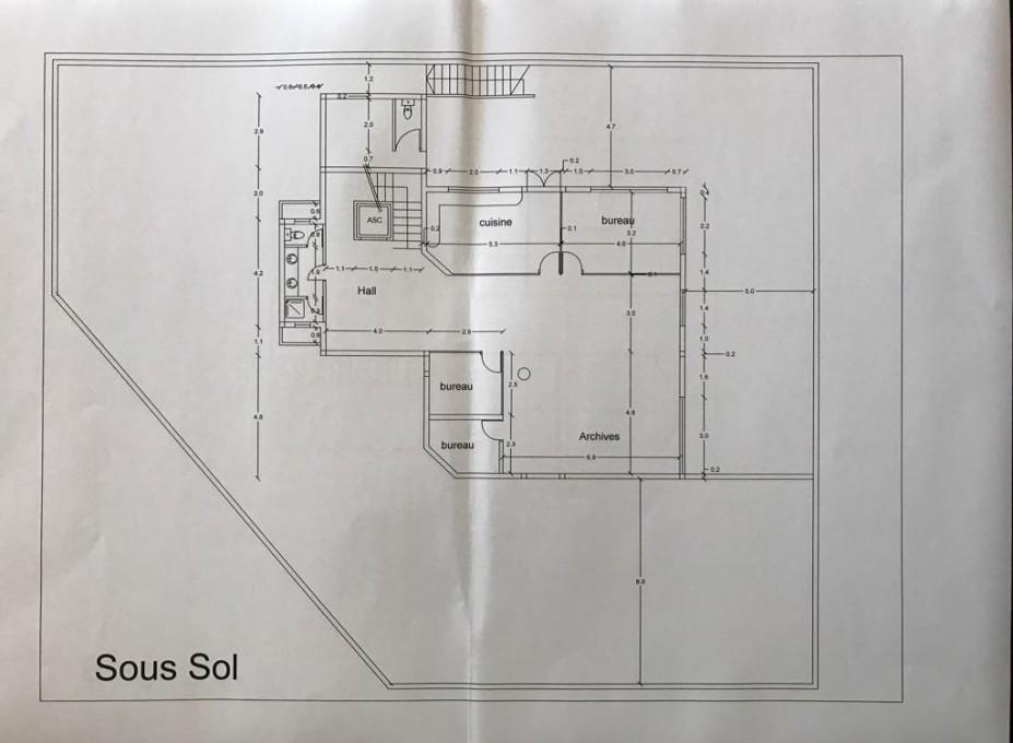 Sous sol : 3 bureaux, cuisine, archives, salle d'eau