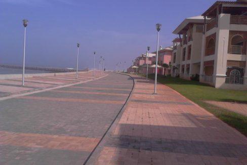 Allée de marche au bord de la mer