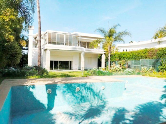 A louer belle villa avec piscine et chauffage central à Rabat au quartier Souissi.